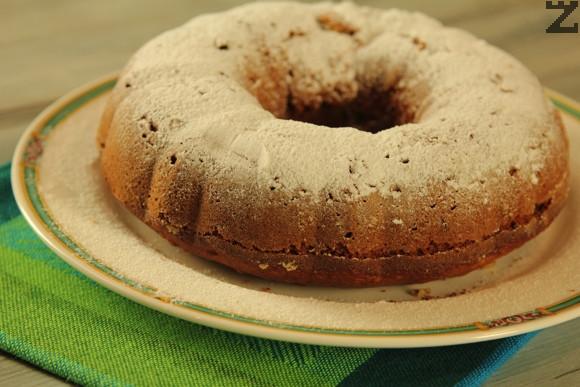 След изваждане от фурната се оставя да да престои 20 минути. Изважда се от формата и се ръси с пудра захар.