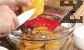 В купа смесваме нарязаната на кубчета сьомга, филета портокал, див лук, чери домати, червения лук и орехови ядки, нарязани на ситно. Овкусяваме с малко портокалов сок.