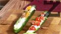 Отгоре нанасяме сместа от сьомга. Аранжираме в чиния с листенца цветна салата и червен салатен лук.