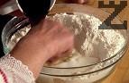 В дълбока купа поставяме пресятото брашно, правим кладенче, счупваме яйцата. Изсипваме захарта с киселото мляко, в което предварително сме загасили содата. Посоляваме, добавяме олиото и меда, поръсваме с ванилия.