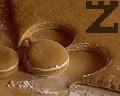 Потапяме в брашно гърлото на кръгла чаша с диаметър около 10 см. Изрязваме тестени кръгчета или полумесеци, които подреждаме в намазнена тава.