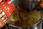 Покриваме с няколко лозови листа, наливаме вода, така че да покрием сармите. Посоляваме отново и затискаме с чиния. Варим под капак на слаб огън около 40 мин.