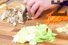 Нарязваме праза на колелца, моркова - на тънки ивици, а джинджифила и чесъна - на дребни кубчета.