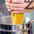 Завираме вода, която сме поръсили с малко сол. Изсипваме разчупените на половина спагети. Варим за 8-10 мин.