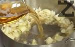 В същата мазнина запържваме за кратко нарязания на едро лук. Поливаме с бирата, добавяме дафиновия лист. Поръсваме със сол и черен пипер.