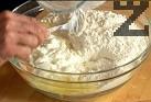 В дълбока купа поставяме пресятото брашно. Правим кладенче, счупваме яйцата, без единия от жълтъците. Прибавяме 3 с.л. от олиото, сол и кисело мляко. Добавяме кваса, замесваме тесто.
