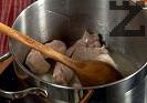 Нарязваме месото на хапки. В голяма тенджера загряваме олио и запържваме за 3 минути месото, наливаме 100 мл гореща вода ( 1/2 чаша и оставяме месото ).да побелее на слаб огънза около 15 минути.