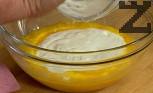 В купа счупваме яйцата, добавяме киселото мляко, в което сме загасили содата. Разбъркваме добре и посоляваме. Прибавяме една по една чашите с пресятото брашно. Накрая поливаме с олиото, разбъркваме до получаването на рядко тесто.