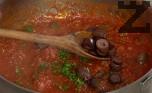 Към края на варенето добавяме наситнения магданоз и нарязаните на парчета маслини.