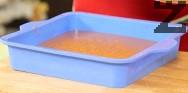В силиконова квадратна тава с размер 25 см изсипваме шоколадово-яйчената смес.