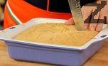 След като сладкиша се охлади, го нарязваме на квадратчета.