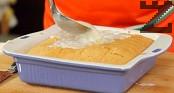 След като заливката се охлади, поливаме върху сладкиша. Изчакваме тестената основа да поеме заливката и поднасяме.