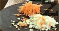 Нарязваме лука и чесъна на ситно.Настъргваме моркова на ренде и изсипваме зеленчуците в тенджера със сгорещено олио. Наливаме малко топла вода, посоляваме и задушаваме.