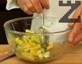 Наситняваме лука, поставяме нарязаните съставки в дълбока купа. Прибавяме наситнения магданоз. Поливаме с меда, лимоновия сок и зехтина, поръсваме със сол и черен пипер.