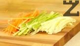 Почистваме и нарязваме на тънки ивички зеленчуците.