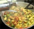 """Добавяме сос """"Песто"""" и наливаме още малко зехтин. Поднасяме пилешкото филе с гарнитура от ньоки, аспержи и домати. Декорираме с листенца салвия."""