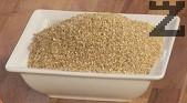 Сваряваме пшеницата във вряща вода, прецеждаме и връщаме обратно в тенджерата.