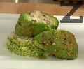 Разрязваме авокадото на две части през средата и поставяме върху канапето от броколи.