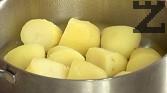 Обелваме и разрязваме картофите на половинки. Сваряваме ги, отцеждаме водата и още докато са горещи, поръсваме със сол и черен пипер.