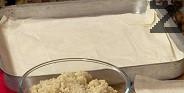Предварително сваряваме булгура в около 4 ч.ч. подсолена вода. След като отстраним тенджерата от котлона, покриваме с кърпа и оставяме така, докато булгура поеме течността. Намазняваме дъното на правоъгълна тава, подреждаме една след друга точените кори от първия пакет.