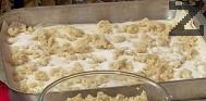 Поставяме 1/3 от сварения булгур. Поръсваме с 1/3 от захарта, подреждаме половината точени кори от втория пакет. Поръсваме с останалия булгур и захар, слагаме и последните кори.