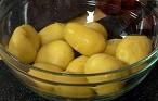 Сваряваме картофите в подсолена вода.