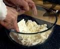 Натрошаваме сиренето в дълбока купа.