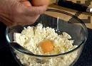 Отгоре счупваме яйцата, разбъркваме добре.