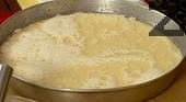 Прехвърляме в горещата тава и печем 30 мин. на 180-190 градуса. След като извадим от фурната, поръсваме със захар. Сервираме млечника топъл.