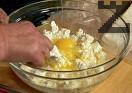 Предварително почистваме и осоляваме спанака. В купа смесваме натрошеното сирене и 3 от яйцата. Наливаме 3-4 с.л. от олиото, разбъркваме.