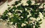 Върху две кори поръсваме 2 шепи от спанака и 3-4 лъжици от яйчената смес.