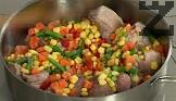 Прибавяме зеленчуците, разбъркваме и поръсваме със сол, червен пипер и чубрица. Поливаме с около 150-180 мл гореща вода.