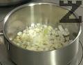 Предварително сваряваме и обелваме картофите. В 10 г сгорещено масло запържваме до порозовяване нарязания на кубчета лук.
