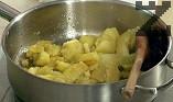 Останалата част от маслото сгорещяваме в тиган, където поставяме нарязаните на филийки охладени картофи. Запържваме до златисто, посоляваме.