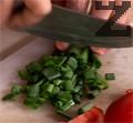 Нарязваме зеления лук и кромид лук и чушката на ситно.