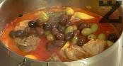 Добавяме пасираните домати и маслините, поръсваме с риган. Варим за още 10-15 мин. и сервираме ястието горещо.