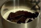 Приготвяме топинга. Разтопяваме всички продукти, поливаме върху изпечения кекс.