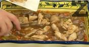 Прехвърляме в тавичката за печене. Прибавяме воденичките и пилешките хапки. Печем в леко затоплена на 160 градуса фурна за 20-30 мин.