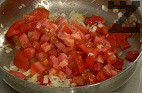 Прибавяме нарязаните на кубчета чушки и домати. Поръсваме със сол и захар. Бъркаме на огъня периодично за 3-4 мин.