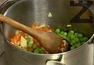 Нарязваме на дребни кубчета моркова и целината, запържваме за кратко в 10 г сгорещено масло. Прибавяме граха, поливаме с около 100 мл гореща вода. Задушаваме за 10 мин. Прехвърляме в дълбока купа, прибавяме сварения ориз.