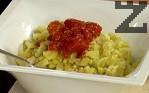 Прибавяме накълцаните домати, посоляваме. Разбъркваме всички съставки.