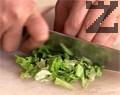 Нарязваме марулята на ситно и я изсипваме в купа. Нарязваме краставицата на кубчета и прибавяме към марулята.