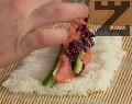 Отгоре подреждаме няколко пръчици краставица, оформяме ивица от крема сирене с помощта на пош. Поставяме и филийките сьомга. Добавяме още няколко ивици краставица и 1-2 с.л. от ситно нарязаното зеле.
