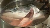 Сваряваме рибната глава. Изваждаме я от бульона и отстраняваме костите и кожата.