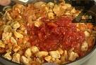 Поливаме с 50 мл гореща вода. Добавяме соевия сос и наситнените домати. Варим на слаб огън.