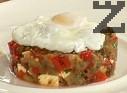 В чиния поставяме метален ринг, пълним го със зеленчуковата смес и отстраняваме. Отгоре поставяме едно забулено яйце.