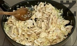 Приготвяме плънката. Задушаваме за кратко нарязания на кубчета лук в сгорещено масло. Добавяме нарязаните на филийки гъби и пилешките дробчета.