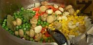 Наситняваме морковите и лука. Прехвърляме в мазнината от месото заедно с царевицата, граха, гъбите, дафиновия лист и чесъна. Подправяме с бахар и черен пипер.
