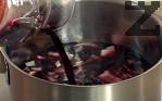 Приготвяме доматения сос. В сгорещено олио запържваме нарязания на кубчета лук. Поливаме с виното и оставяме да ври на котлона, докато течността се редуцира наполовина.