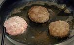 Накисваме хляба в прясно мляко. В купа поставяме каймата, яйцето, нарязания на кубчета лук. Поръсваме с чубрица, сол и черен пипер по желание. Добавяме накиснатия хляб. Омесваме каймата, оформяме кюфтетата и овалваме в брашно. Пържим в сгорещено олио и от двете страни.